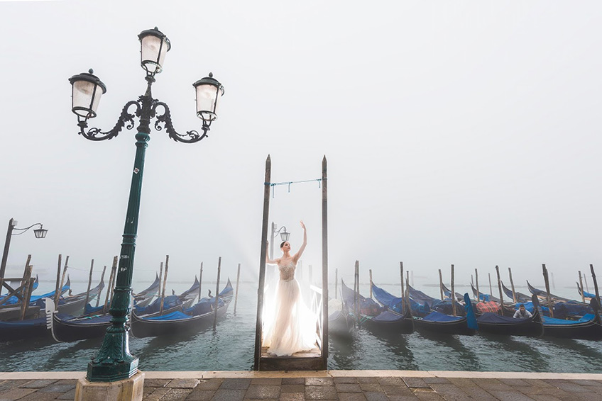 Venice pre-wedding shooting gift in a misty morning