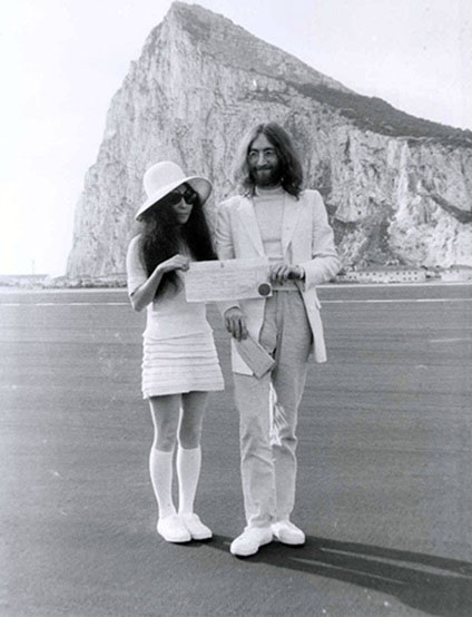 Yoko Ono andJohn Lennon on their wedding in 1969